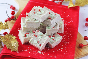 A super healthy Christmas fudge made with just two natural ingredients and no added sugar!