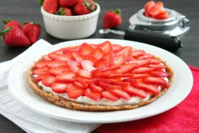 This strawberry greek yogurt tart is secretly healthy and can be eaten for breakfast or dessert. Perfect for Valentine's day too!