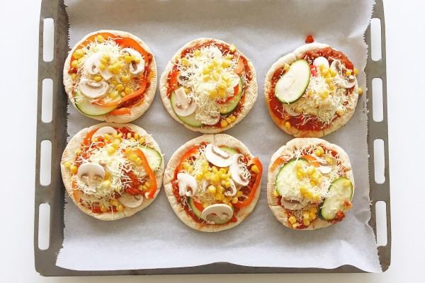 Pita Pizza - Easiest recipe ever! One of my favorite easy dinner recipes.